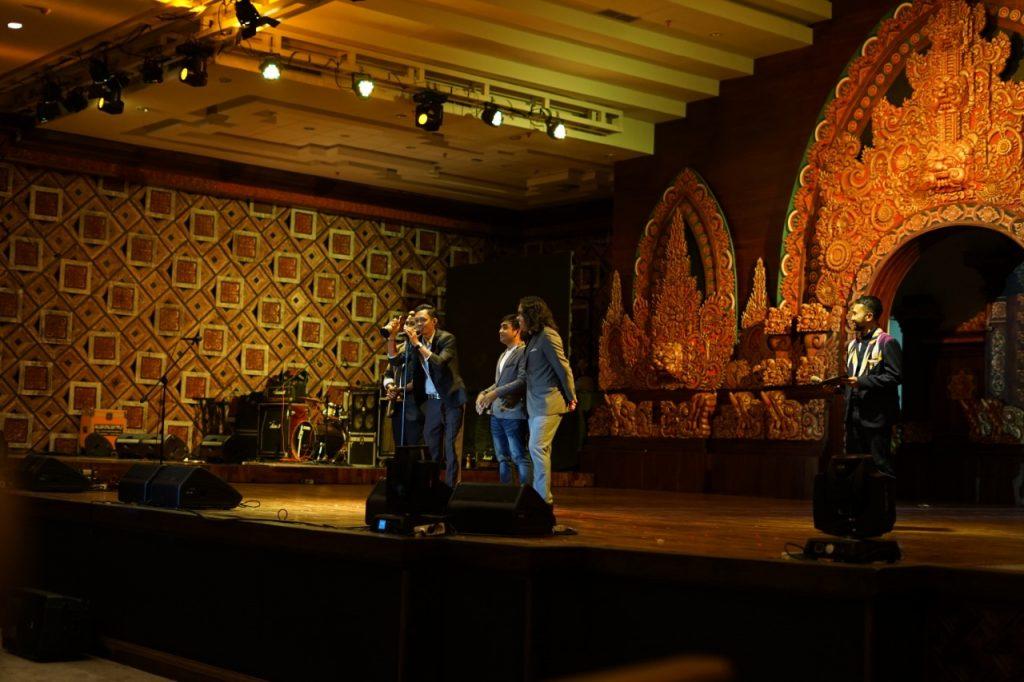DMBP Band saat di atas panggung menerima piala AMB 2020/foto by I Gusti Putu Ogik Wika Setiawan (AMB 2020)/ inimusik