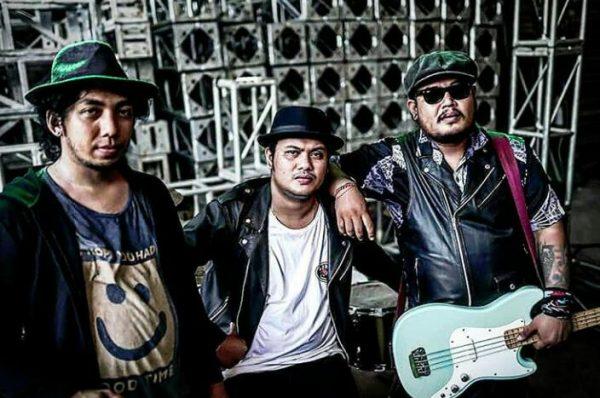 Kiri - Kanan : Deddy Cahyadi ( Lead Guitar, Backing Vocal), Dharma Sena/ Lolet (Drum) dan Dolar Joe (Bass, Lead Vocal) Djorock Band/ inimusik