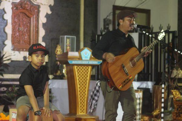 Tu Edi Renon saat tampil bersama sang anak/ inimusik