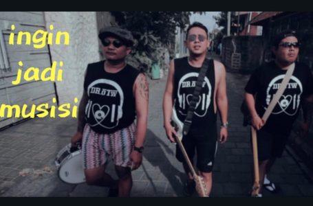 Kiri -Kanan: Wawan (drum), Rizki Ageng (Gitar, Vocak) dan Dolar (bass)/ inimusikDr. OTW