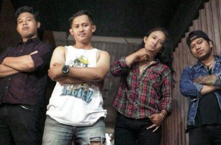 kiri-kanan : Golem (bas), Pandarel (vocal+gitar), Rifa (lead gitar), dan Junk (drum)/ inimusik